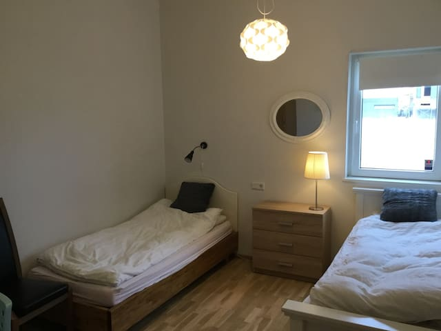 Private room close to Keflavik airport - Njardvik - Rumah