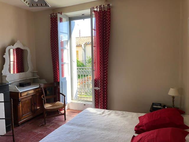 Chambre rouge sur cour (lit séparable)