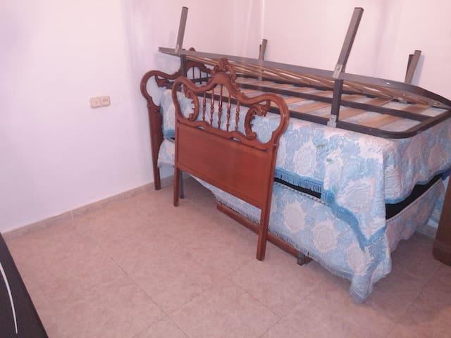 Habitacion luminosa, con dos camas nuevas.