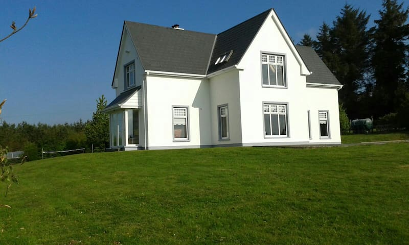 Lios Dana is a bright house with panoramic views.