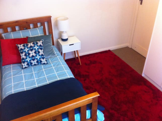 Cheap, comfortable, B/F included - Ballarat North - Rumah