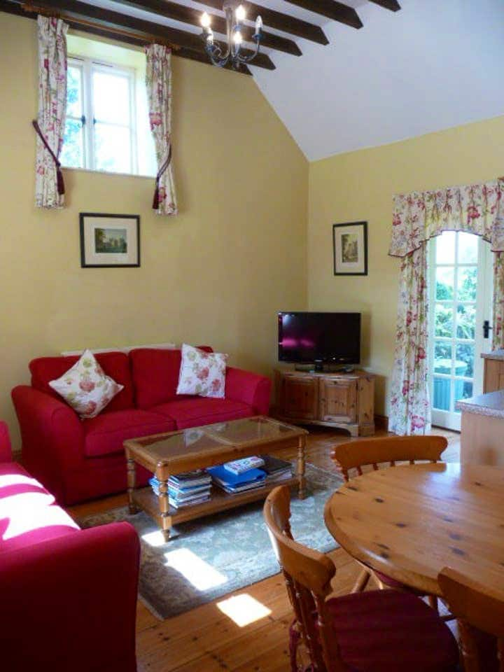 Cosy Cotswold cottage with garden and parking