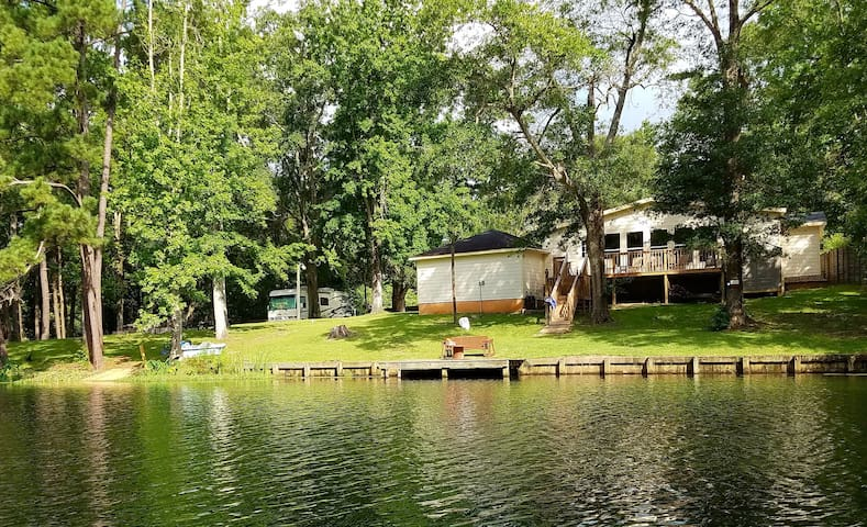 Quiet, relaxing lakefront retreat close to Houston