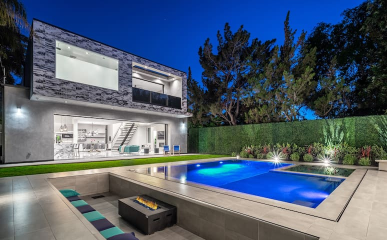 Hollywood Luxury Escape- Xenia Homes