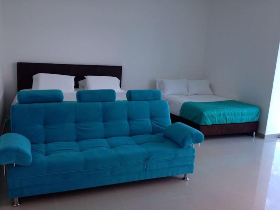 Habitación: cama King, cama Queen y sofá cama doble.