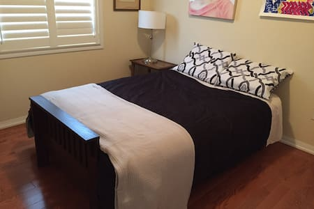 Cozy single room in townhouse - Newmarket