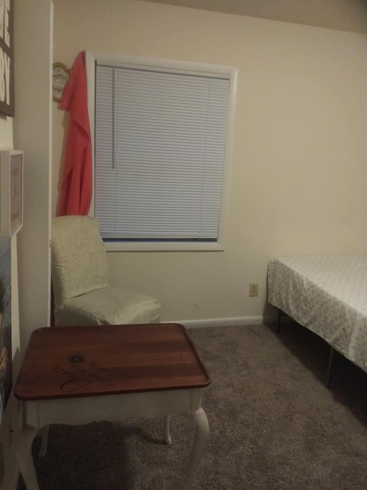 Clean bedroom close to shopping & UNCG University