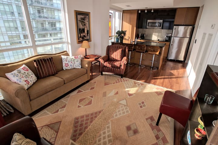 Large & Bright 2BR Plus Den Condo in Midtown with free parking