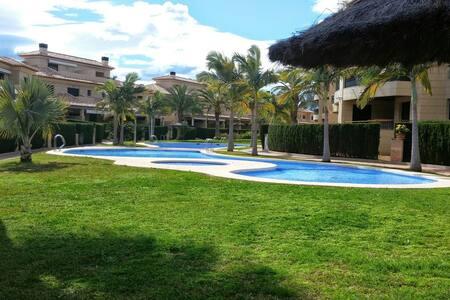 Apartamento con gimnasio y piscinas