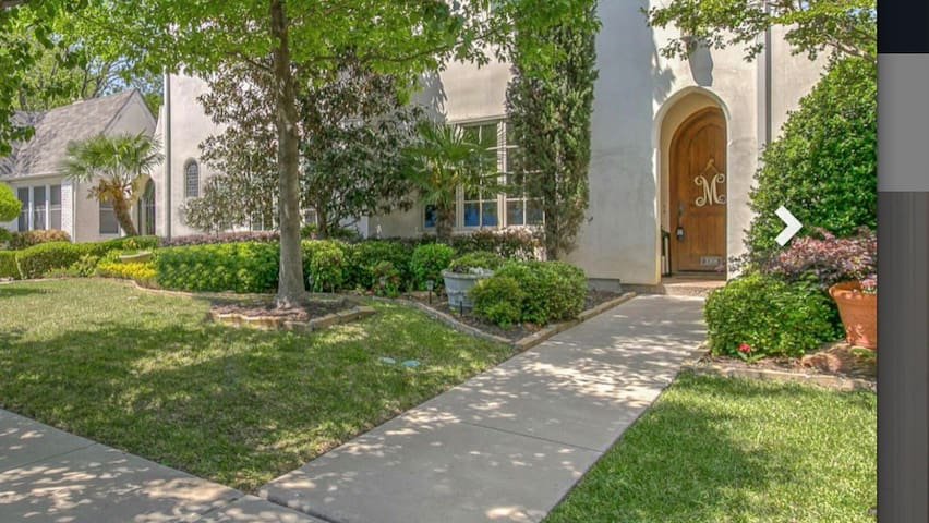 Beautiful Mediterranean condo with welcoming entrance!