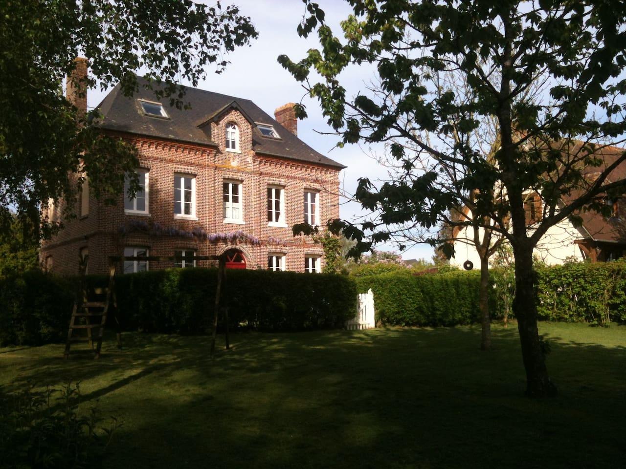Maison de maître donnant sur un grand jardin