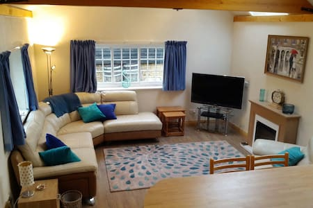 Pear Tree Cottage in quaint  historic village - Broughton - Cabana