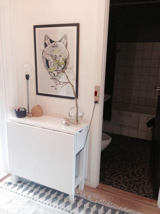 Lys entre byder velkommen. Badekar på toilettet.