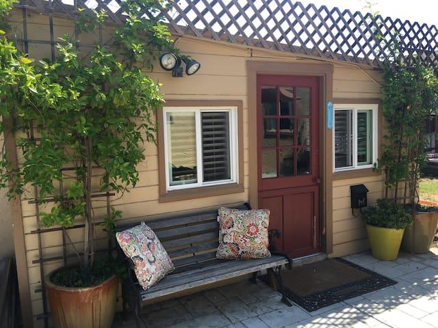 Quaint Backyard Studio Cottage - ซานโฮเซ - บ้าน