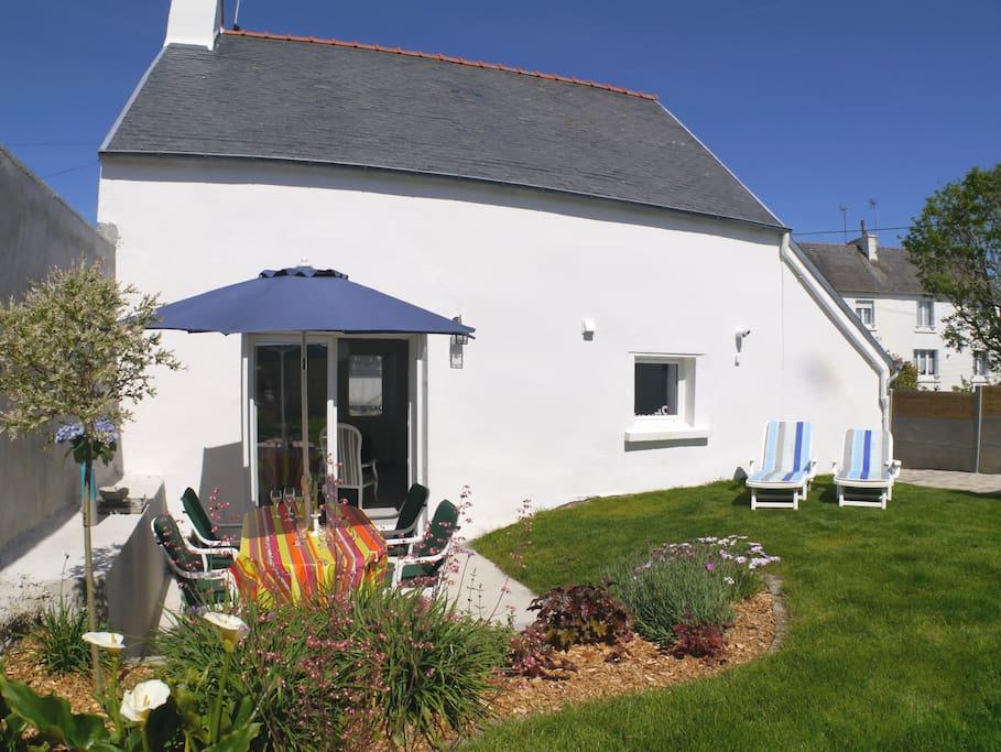 Der kleine Garten ist sichtgeschützt und komplett geschlossen. Für die schöne Terrasse gibt es Gartenmöbel
