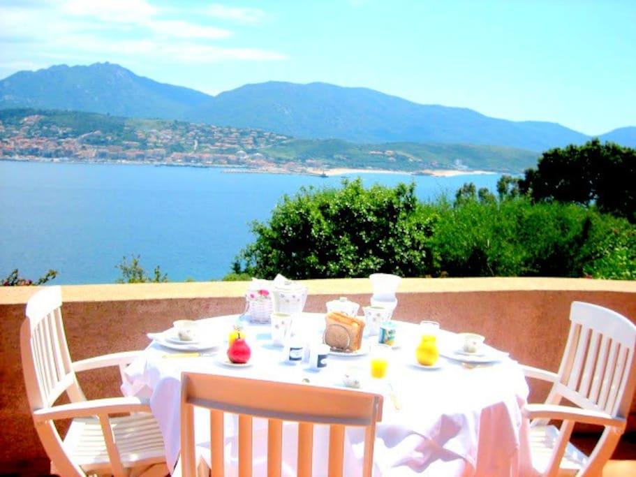 table de petit déjeuner individuelle sur la grande terrasse de la chambre