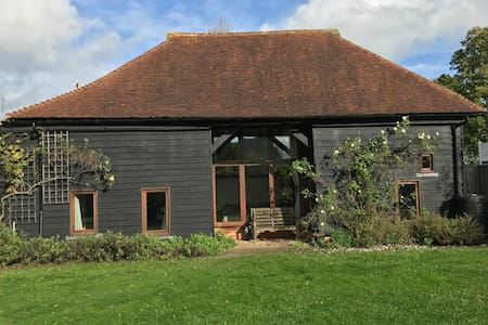 The Hop Barn - Kent countryside getaway
