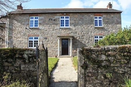 Large semi-detached Farm House - Cornwall