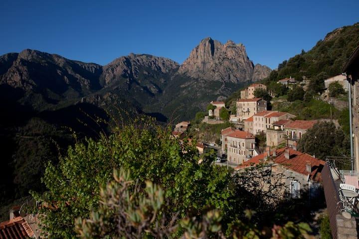 Maison au cœur du village avec vue sur la montagne - Ota - Casa