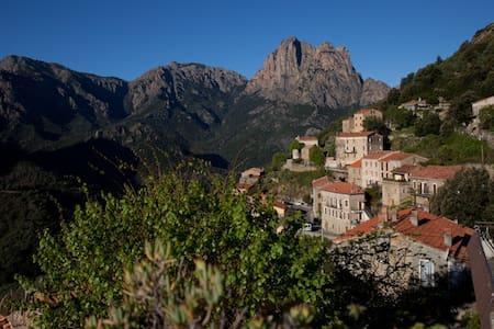 Maison au cœur du village avec vue sur la montagne