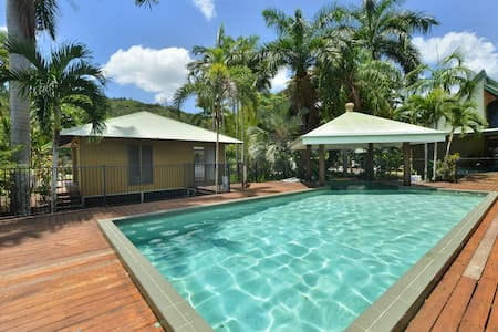 Tropical Poolside Cabin, Family Environment - Stratford