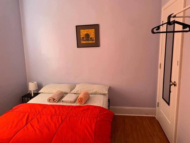 Small & Beautiful room just 15 min. to Manhattan!