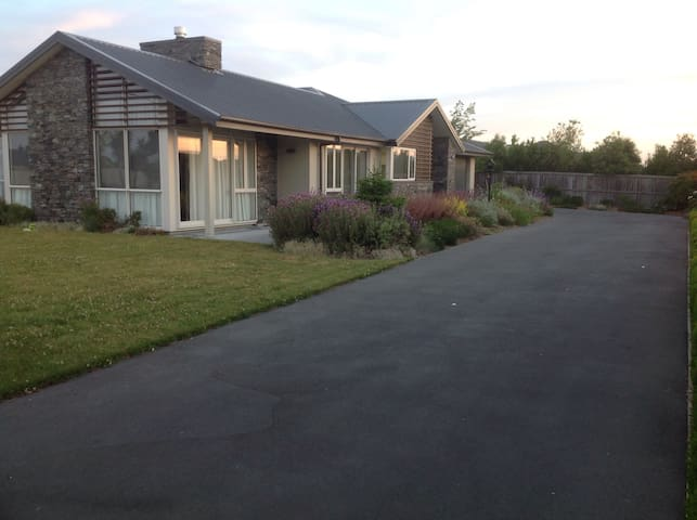 Modern home in the country 15 minutes to Airport