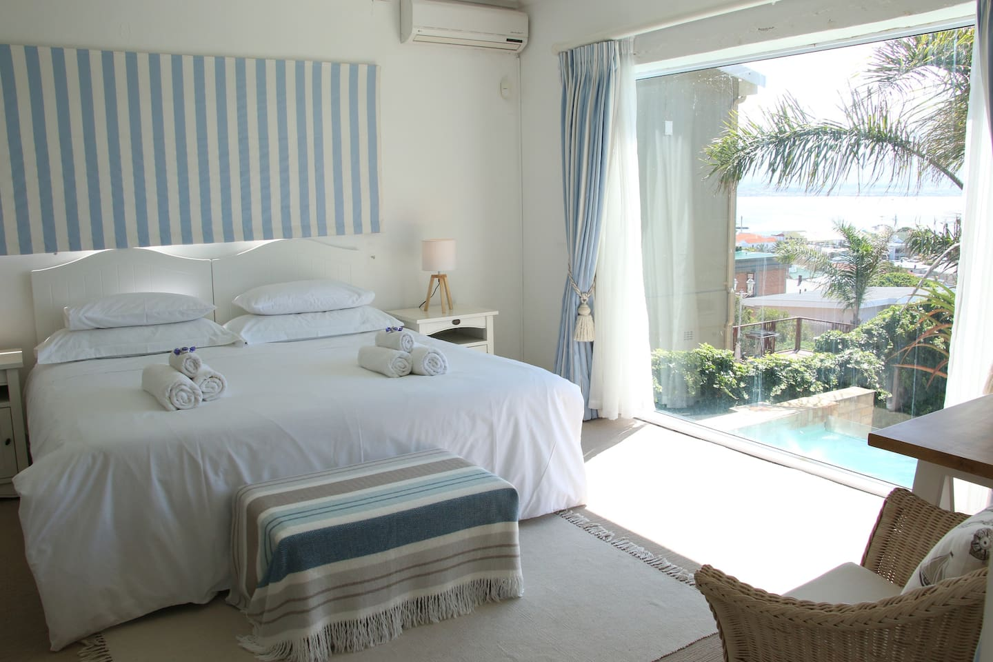 Spacious room with king size bed and full en-suite bathroom