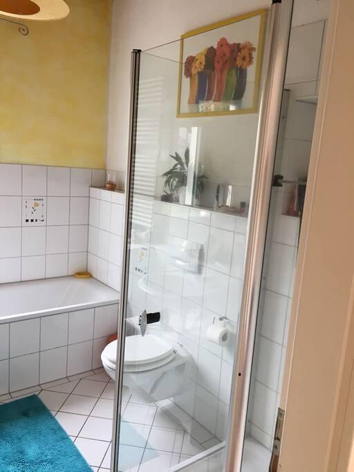 Das Bad dass direkt neben deinem Zimmer gelegen ist