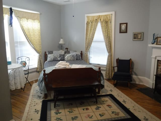 The Stand-Inn's Leading Lady Room (1 of 3 rooms)