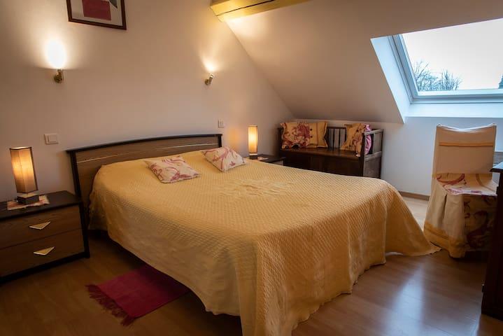 chambre 1 (1 lit 2 personnes + 1 lit 1 personne sous mansarde)