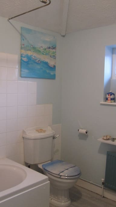 Large bright bathroom, instant hot water, shampoos etc provided ( shared facility)