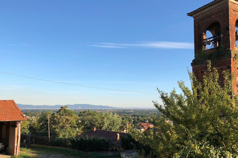 Vista panoramica della città di Torino e del campanile della chiesa sotto istante.