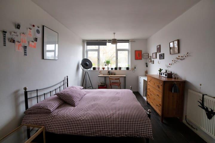 Large bedroom in trendy Highbury & Islington