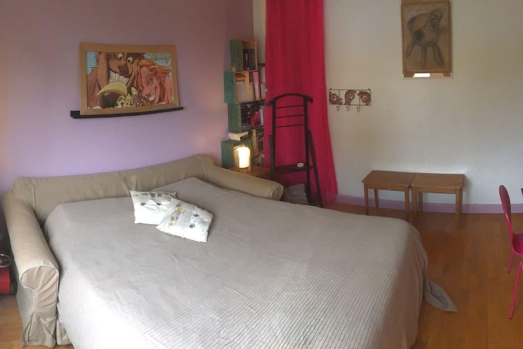canapé-lit de 160*200 avec un vrai matelas et sommier à lattes.