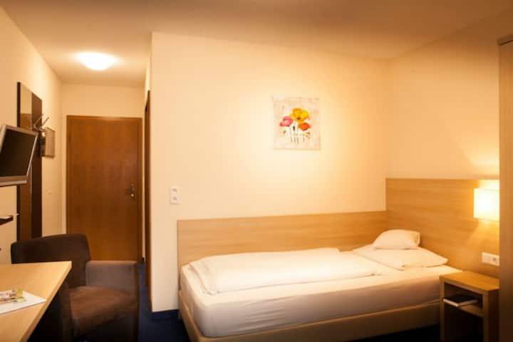 Flair Hotel Weinstube Lochner (Markelsheim), Einzelzimmer Economy mit extra langem Bett und TV