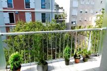 Large balcon privé,très ensoleillé et donnant sur une rue calme