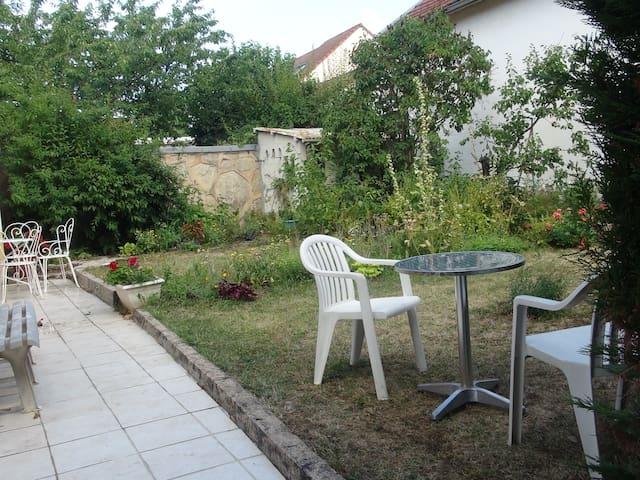 maison indépendante avec un jardin calme et fleuri
