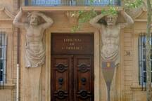 Juste en face de l'appartement, les célèbres atlantes du 38 cours MIrabeau!