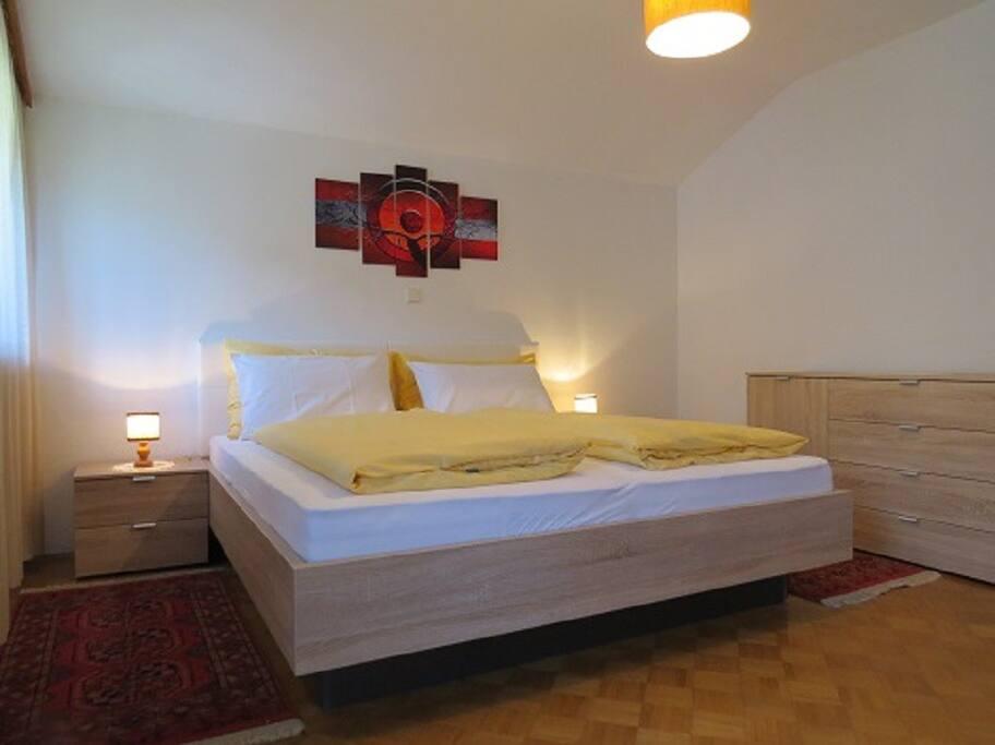 camera con letto matrimoniale e balcone