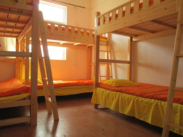 夜爬红门实木男生六人间内两个床位 - Tai'an - Bungalow