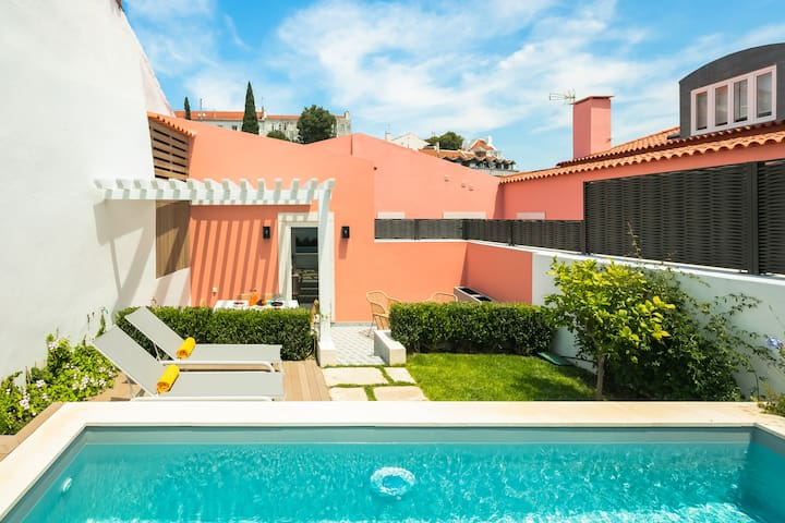 LUXURIOUS, PRIVATE GARDEN & HEATED SWIMMING POOL
