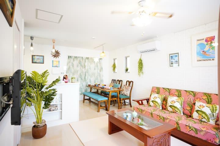 浦添市にあるアメリカン住宅をイメージしたお洒落なコンドミニアム。駐車場2台付き、最大7名まで宿泊可!
