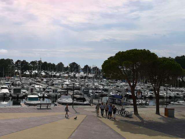 Vue sur le port  depuis la loggia.