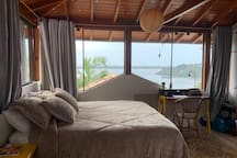 Suíte 2, segundo andar com vista para a Lagoa. Cama queen + varanda