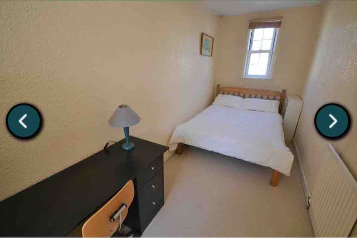 Cosy room walking distance to town centre
