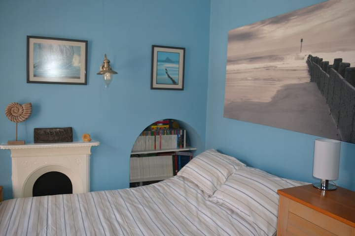 City Centre  bedroom with own bathroom + b'fast