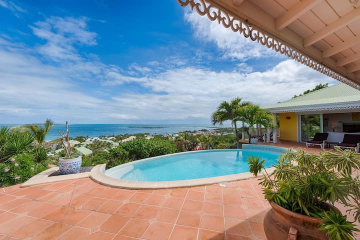 Stunning Orient Bay Ocean Views, Walk to the Beach! AC, Free Wifi, Swimming Pool