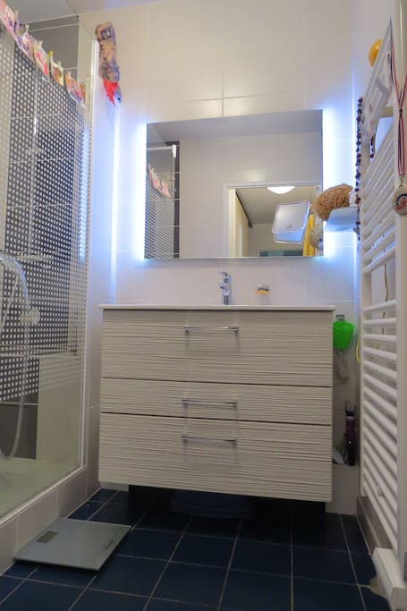 Salle de bains avec douche de 1,80 m!