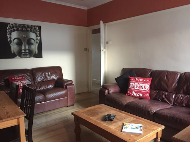 Nifty two bed urban pad near leafy Park and City.